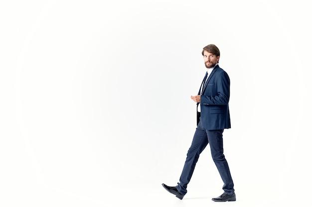 Man in een jas en stropdas emoties succesvolle lichte achtergrond