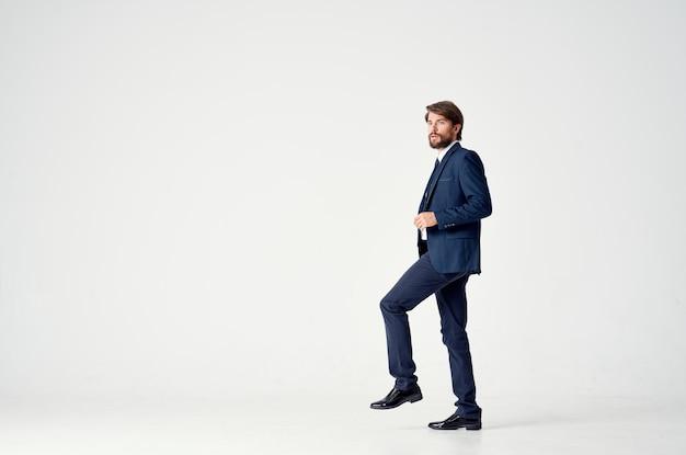Man in een jas en stropdas poseren executive lichte achtergrond