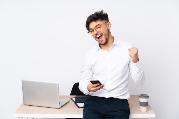 Man in een kantoor op wit wordt geïsoleerd