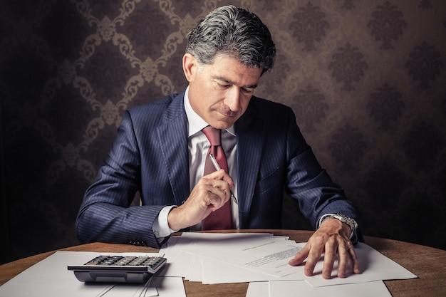 Man in een kantoor