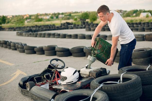 Man in een kartcircuit met een auto