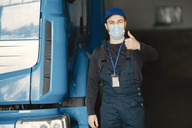 Man in een masker. ontvangst van goederen voor coronavirus. stop het coronavirus
