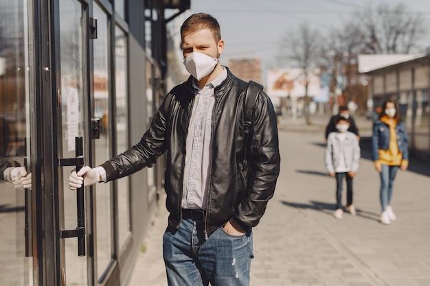 Man in een masker staande op straat