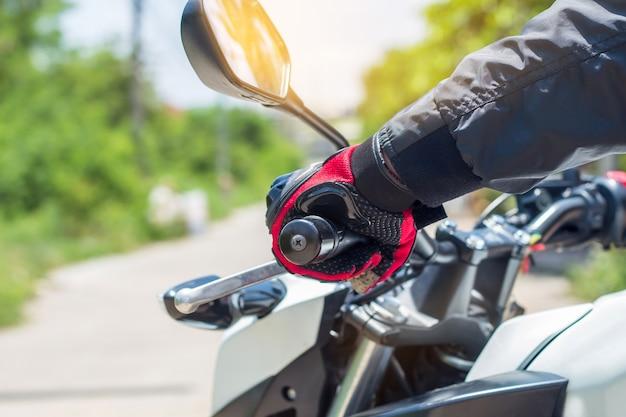 Man in een motorfiets met handschoenen is een belangrijke beschermende kleding voor motorrijden