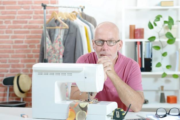 Man in een naaiatelier