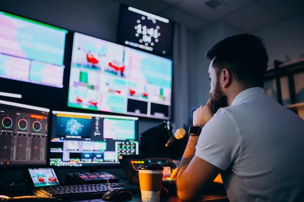 Man in een opnamestudio, muziekproductie