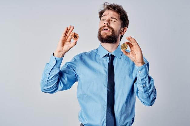 Man in een overhemd met een stropdas cryptocurrency bitcoin contant geld investeringen elektronisch geld