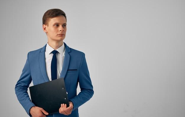 Man in een pak documenteert professionele manager van ambtenaren. hoge kwaliteit foto