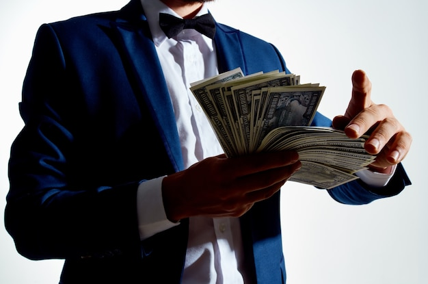 Man in een pak dollars miljonair lichte achtergrond