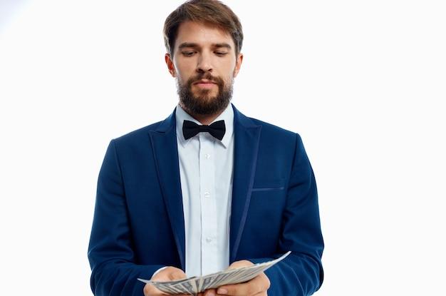 Man in een pak financiën succes geïsoleerde achtergrond