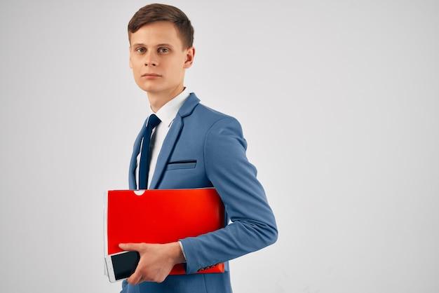 Man in een pak met een telefoon in zijn handen die kantoorwerk communiceert