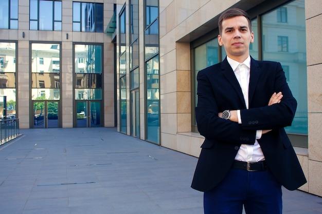Man in een pak op de achtergrond van een business center