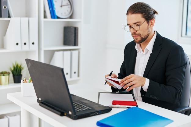 Man in een pak telefoon laptop werk emoties executive. hoge kwaliteit foto