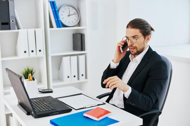 Man in een pak telefoon laptop werk emoties levensstijl. hoge kwaliteit foto