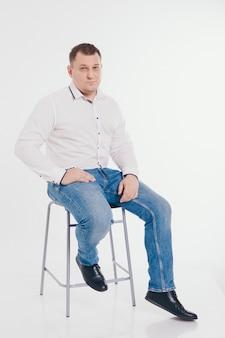 Man in een pak uitgevoerd en gebaren op wit
