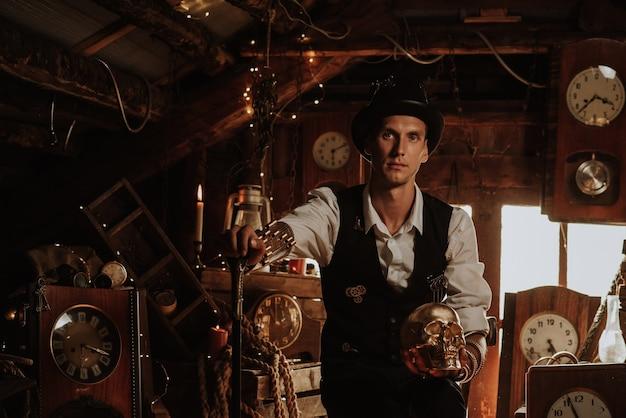 Man in een steampunk-pak met een wandelstok en een hoge hoed met een gouden schedel