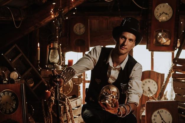 Man in een steampunk-pak met een wandelstok en een hoge hoed