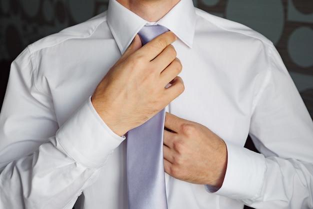Man in een stropdas