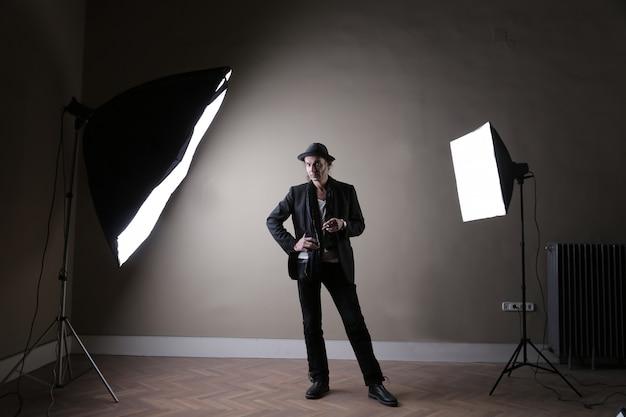 Man in een studio lichten