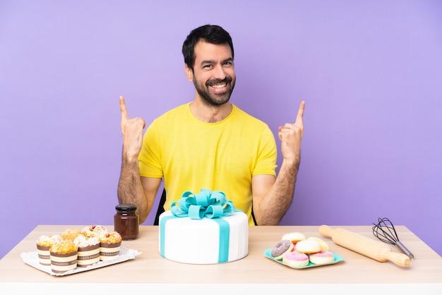 Man in een tafel met een grote taart naar een geweldig idee