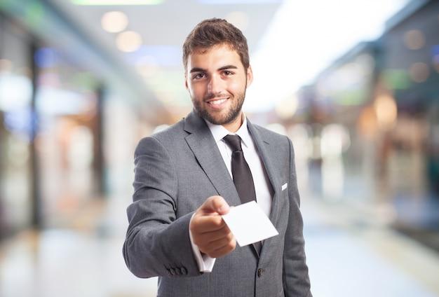 Man in een winkelcentrum met een papieren