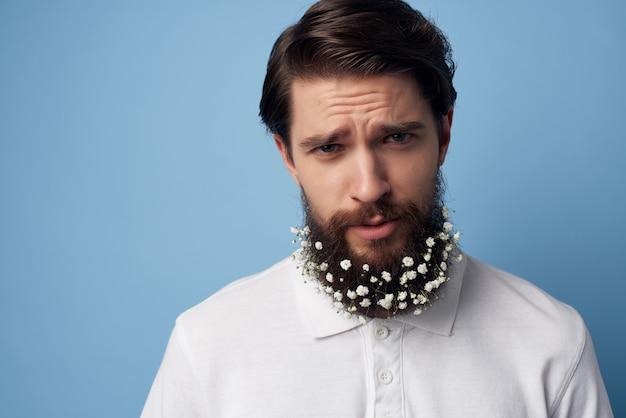 Man in een wit overhemd bloemen in een baard kapperszaak natuurlijke stijl. hoge kwaliteit foto