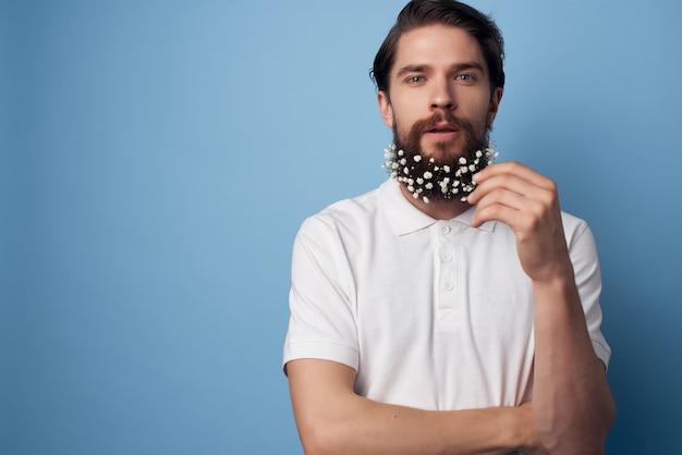 Man in een wit overhemd bloemen in een baard mode moderne stijl kapper