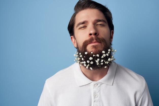 Man in een wit overhemd gooit zijn handen bloemen in zijn haar