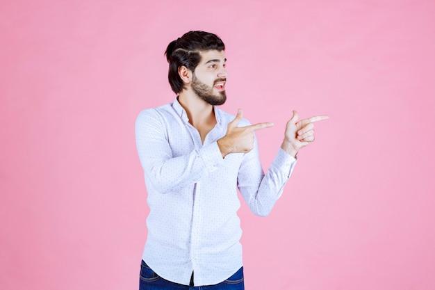Man in een wit overhemd met rechterkant met emoties.