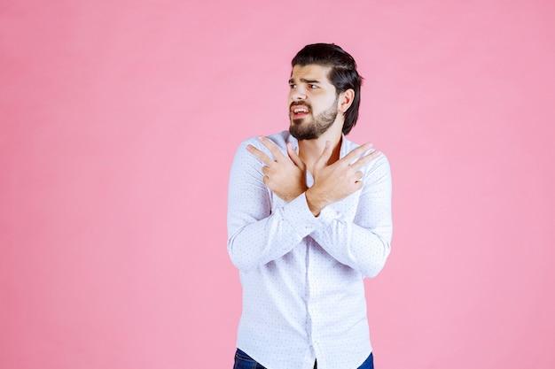 Man in een wit overhemd wijzend naar beide kanten.