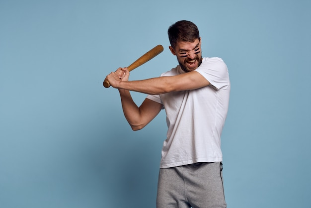Man in een wit t-shirt gaat sporten in de studio, coach