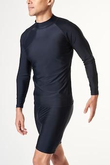 Man in een zwarte mockup met lange mouwen