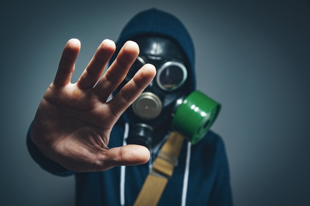 Man in gasmasker hand stopbord