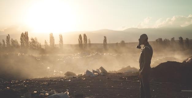 Man in gasmasker in openlucht. stop milieuvervuiling