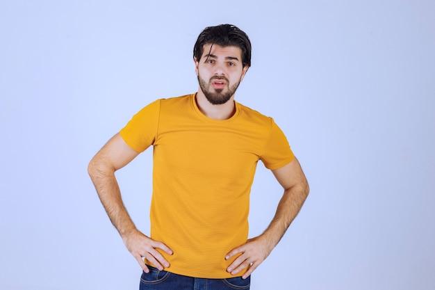 Man in geel shirt met verleidelijke en aantrekkelijke poses