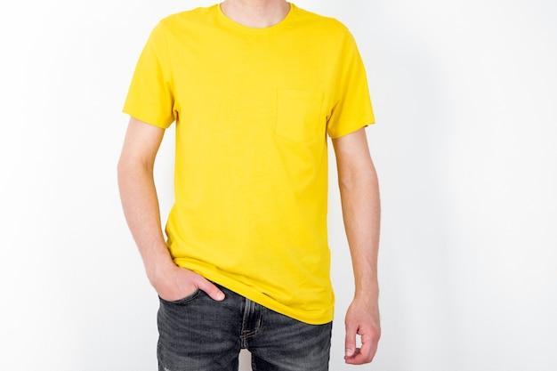 Man in geel t-shirt. ruimte voor uw logo of ontwerp. mockup om af te drukken
