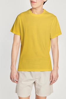 Man in geel t-shirt