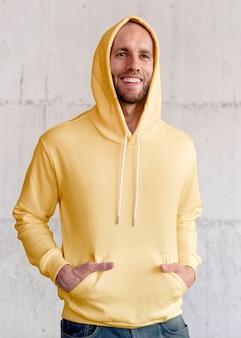 Man in gele hoodie streetwear herenkleding mode