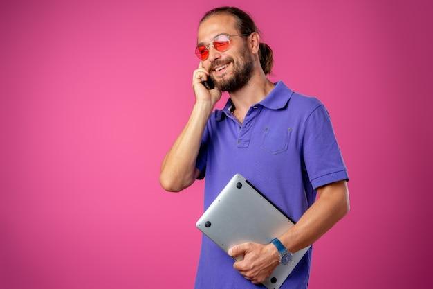Man in glazen permanent met laptop