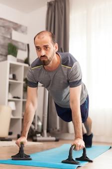 Man in goede fysieke conditie die push-ups doet tijdens wereldwijde pandemie.