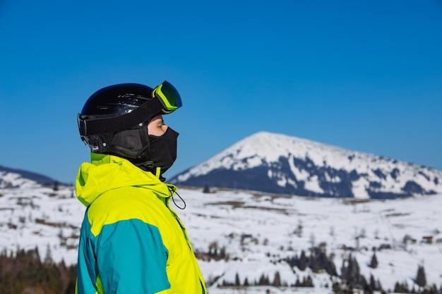 Man in helm en skimasker. reflectie. winterse activiteit. zonnige dag