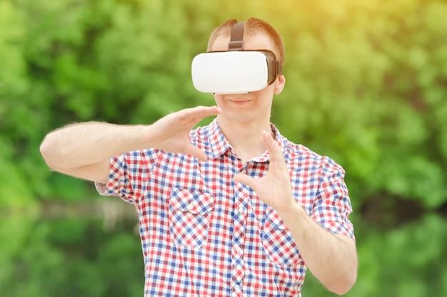 Man in helm van virtuele realiteit in de natuur