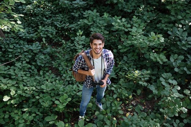 Man in het bos kijkend naar de voorkant