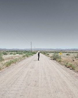 Man in het midden van de weg
