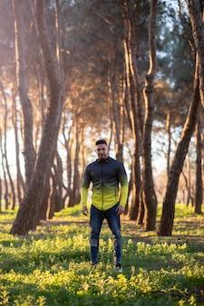 Man in het midden van een bos