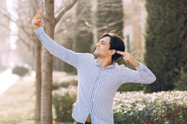 Man in het park wijzend op iets. hoge kwaliteit foto