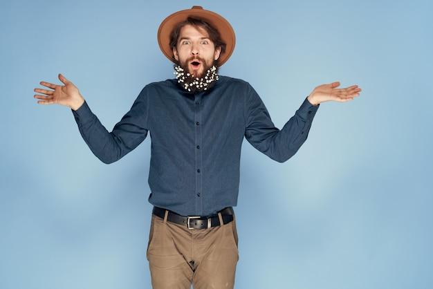 Man in hoed emoties vreugde bloemen studio shirt modieuze kleding