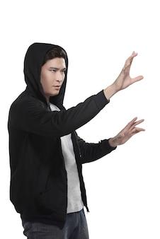 Man in hoodie iets te typen