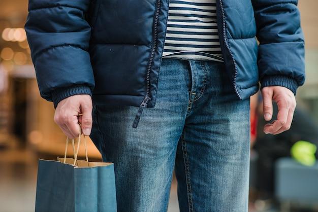 Man in jas, staande zak