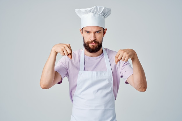 Man in kokskleren emoties keuken werk koken. hoge kwaliteit foto